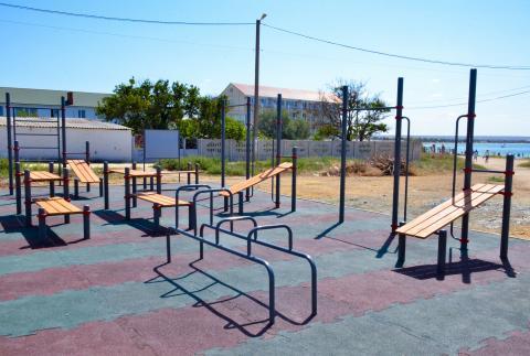 В Черноморском районе  продолжается установка  спортивных площадок