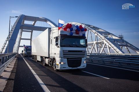 По Крымскому мосту поехали первые грузовики