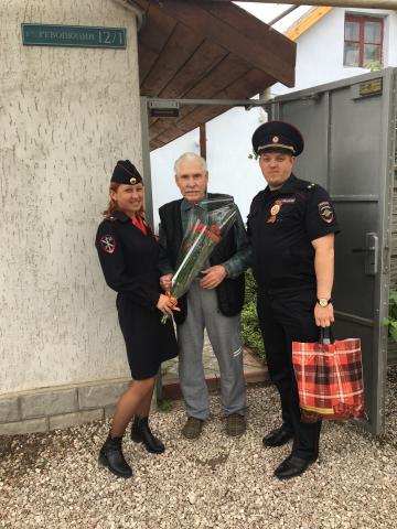 Сотрудники ОМВД России по Черноморскому району поздравили ветерана с Днем Победы