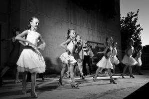 В подарок —  песни, танцы, конкурсы